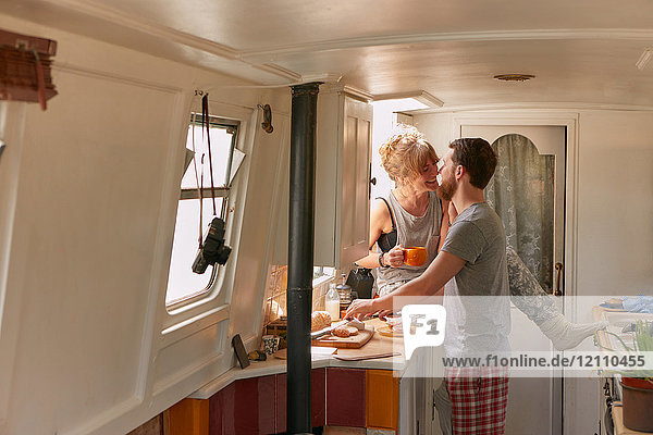 Ehepaar beim Frühstück im Kanalboot