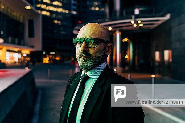 Porträt eines reifen Geschäftsmannes im Freien bei Nacht