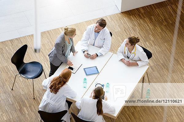 Gruppe von Ärzten am Tisch sitzend  Besprechung  erhöhter Blick