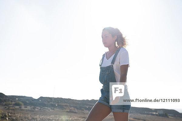 Junge Wanderin wandert in sonniger Landschaft  Las Palmas  Kanarische Inseln  Spanien