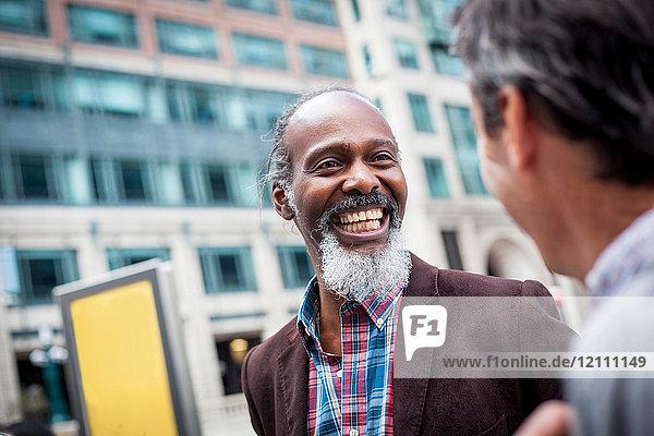 Zwei reife Männer im Freien  die zusammen lachen
