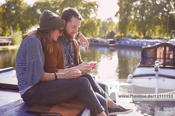 Ein Paar isst Muffins auf einem Kanalboot