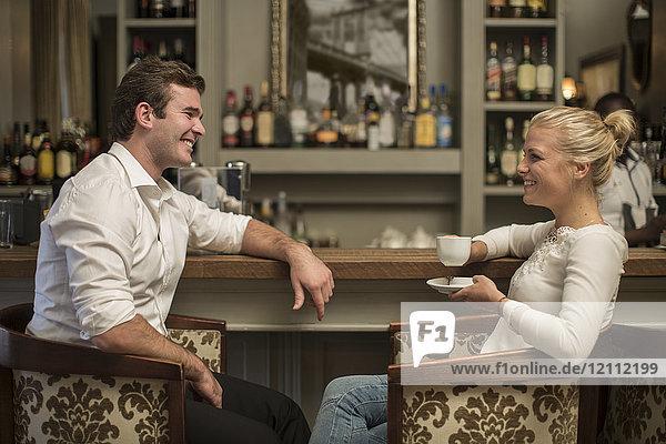 Junger Mann und Frau in einer Bar.