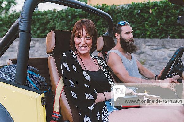 Porträt eines jungen Paares auf einer Reise im Geländewagen  Como  Lombardei  Italien