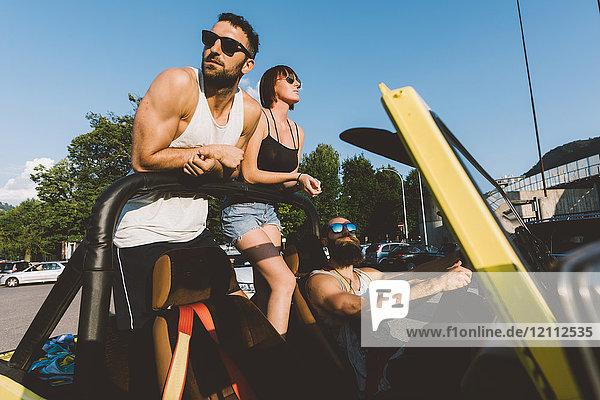 Drei junge Erwachsene fahren im Geländewagen auf der Strasse  Como  Lombardei  Italien