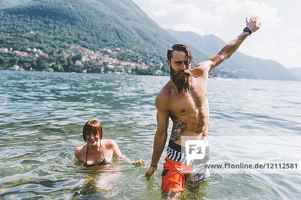 Porträt eines jungen Hipster-Paares am Comer See  Como  Lombardei  Italien