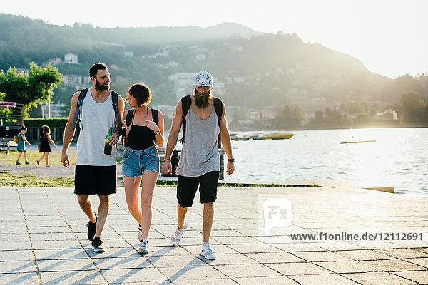 Drei junge Hipster-Freunde beim Spaziergang am Wasser  Comer See  Lombardei  Italien