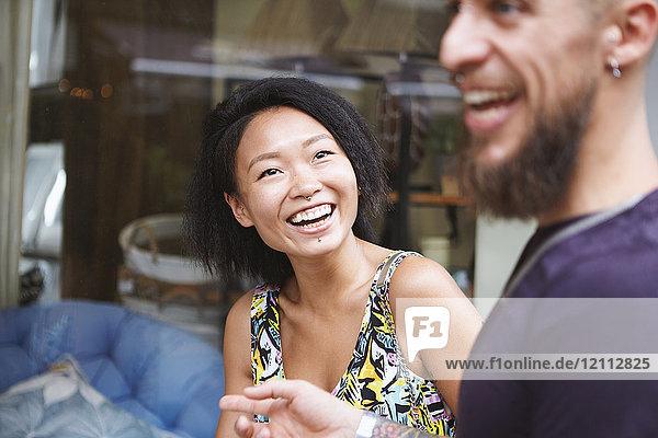 Schaufensterbummel eines multiethnischen Hipster-Paares  Schanghai Französische Konzession  Schanghai  China