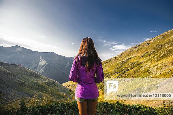 Rückansicht einer jungen Frau mit Blick auf die Bergszene  Draja  Vaslui  Rumänien
