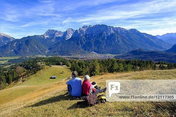 Bergsteiger  Wanderer rasten am Gipfel  Kranzberg  bei Mittenwald  Werdenfelser Land  Oberbayern  Bayern  Deutschland  Europa