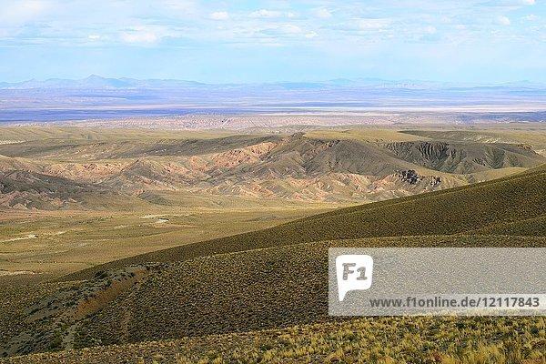 Bergige Landschaft mit Fluss auf 4000 m Meereshöhe  Uyuni  Potosí  Bolivien  Südamerika