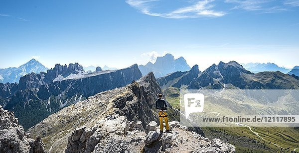 Wanderer auf dem Gipfel des Averau  Ausblick Richtung Passo Giau mit Gipfel Nuvolau und Rifugio Nuvolau  Dolomiten  Südtirol  Trentino-Alto Adige  Italien  Europa Wanderer auf dem Gipfel des Averau, Ausblick Richtung Passo Giau mit Gipfel Nuvolau und Rifugio Nuvolau, Dolomiten, Südtirol, Trentino-Alto Adige, Italien, Europa