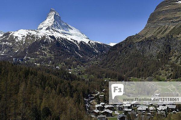 Matterhorn und Wohnhäuser in Zermatt  Schweiz  Europa
