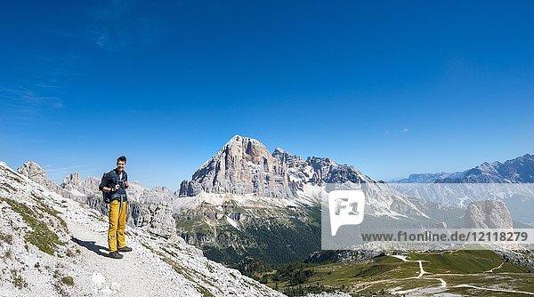 Wanderer auf Wanderweg zum Nuvolau  Ausblick auf Bergmassiv Tofane  Dolomiten  Südtirol  Trentino-Alto Adige  Italien  Europa Wanderer auf Wanderweg zum Nuvolau, Ausblick auf Bergmassiv Tofane, Dolomiten, Südtirol, Trentino-Alto Adige, Italien, Europa