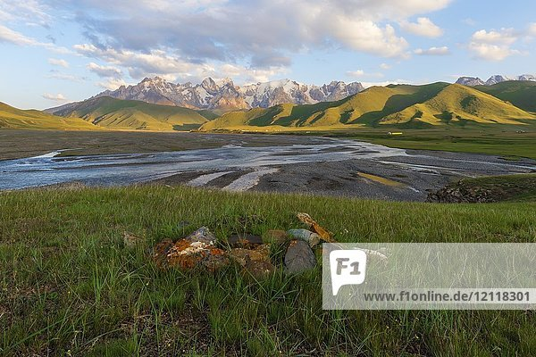 River coming from Köl-Suu mountain range at sunset  Kurumduk valley  Naryn province  Kyrgyzstan  Asia