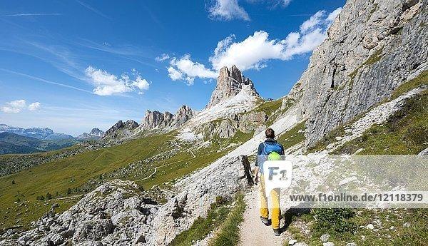 Wanderer auf dem Rundwanderweg vom Passo Giau über Nuvolau  Ausblick auf Averau Gipfel  Dolomiten  Südtirol  Trentino-Alto Adige  Italien  Europa