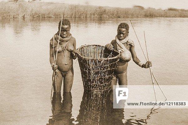Zwei Ovambo-Mädchen in einem Fluss beim Fischen  Jahr 1922  Grotfontein  ehem. Deutsch-Südwestafrika  von 1884 bis 1915 deutsche Kolonie  heute Namibia