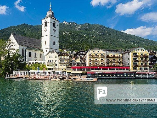 Hotel Weisses Rössl mit Wallfahrtskirche  St. Wolfgang am Wolfgangsee  Salzkammergut  Oberösterreich  Österreich  Europa