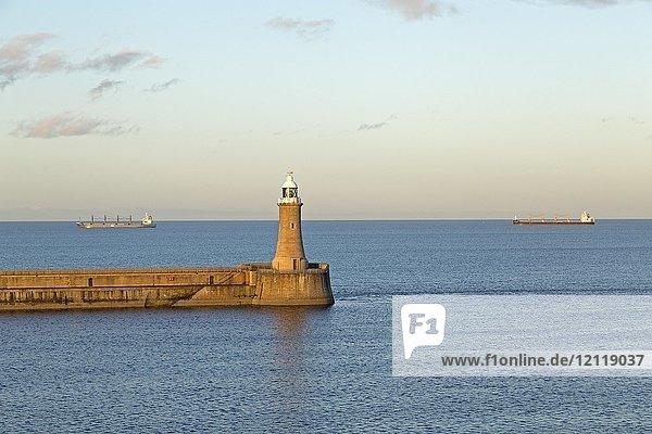 Leuchtturm  Frachtschiffe auf dem Meer  Tynemouth  Northumberland  Großbritannien  Europa