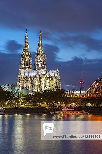 Kölner Dom  Altstadtufer  Rhein  Köln  Rheinland  Nordrhein-Westfalen  Deutschland  Europa