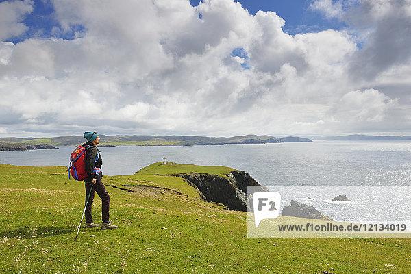 Frau beim Wandern in Hillswick  Schottland