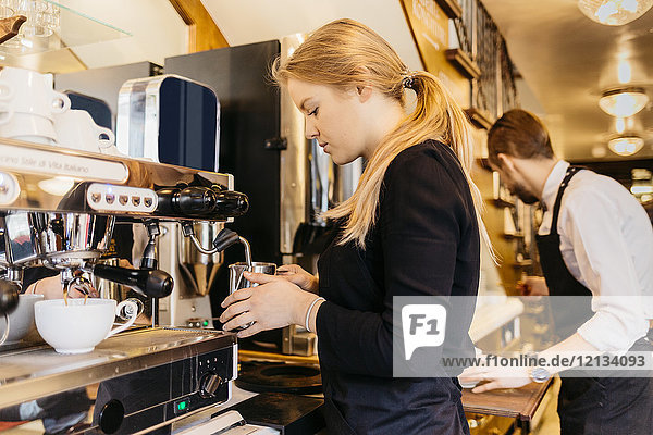 Kellner in der Bäckerei in Schweden