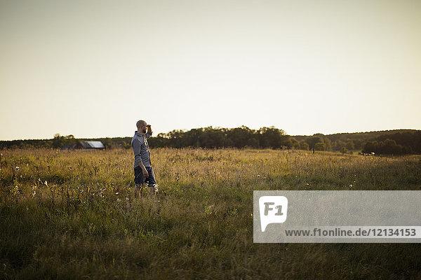 Mann auf dem Feld in Norra Rorum,  Schweden