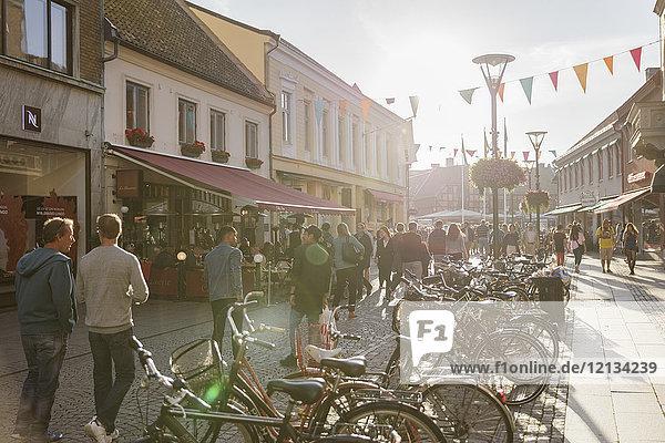 Fahrräder und Fußgänger auf dem Fußweg in Malmö  Schweden