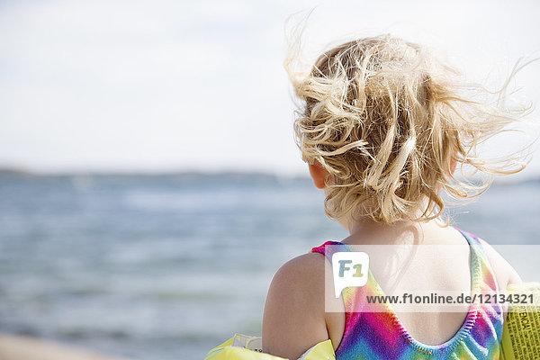 Mädchen am Strand in Bohuslan  Schweden