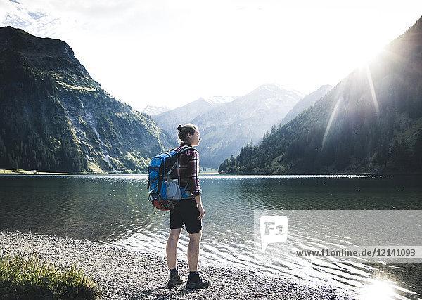 Österreich  Tirol  junge Frau beim Wandern am Bergsee