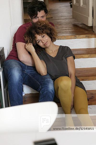 Junges Paar zu Hause entspannt auf der Treppe