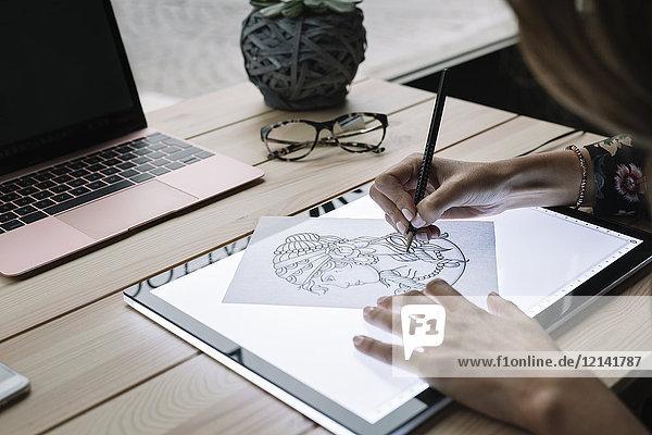 Handzeichnungsschablone für Frauen auf Leuchttisch