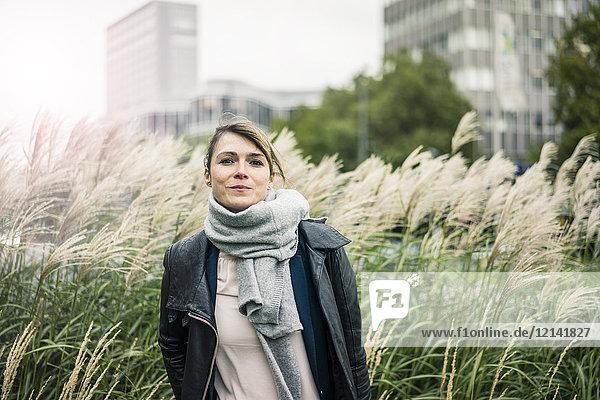 Porträt der lächelnden Frau mit Schal im Freien