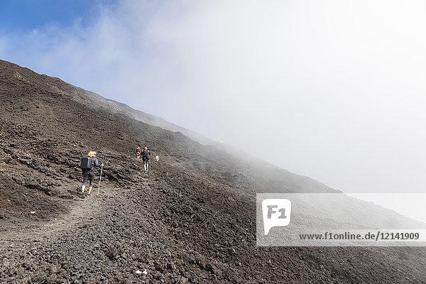 Reunion  Reunion Nationalpark  Schildvulkan Piton de la Fournaise  weibliche Touristenwanderung zum Krater