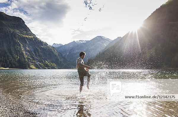 Österreich  Tirol  Wandern im Bergsee