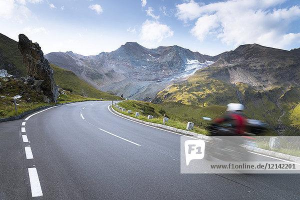 Österreich  Salzburger Land  Biker auf der Großglockner Hochalpenstraße