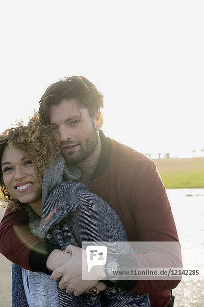 Porträt eines glücklichen jungen Paares in der freien Natur