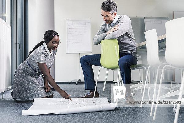 Kollegen arbeiten am Plan im Büro-Konferenzraum