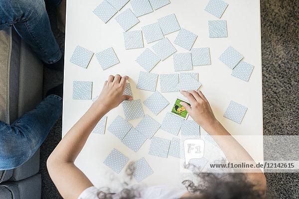 Mädchen spielt Memory-Spiel  Overhead-Ansicht