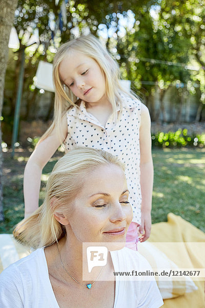 Mädchen bürstet Mutterhaar