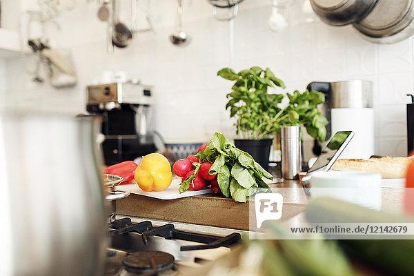 Gemüse und Tabletten auf der Küchentheke