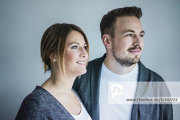 Porträt eines lächelnden Paares  das zur Seite schaut