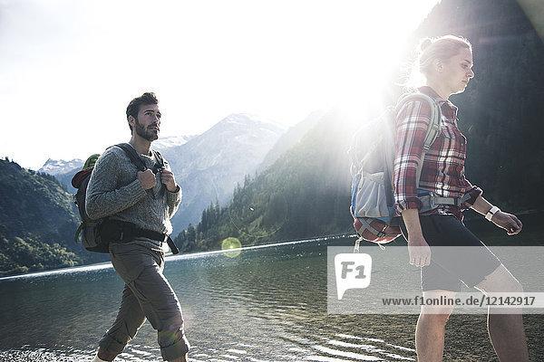 Österreich  Tirol  junges Paar beim Wandern am Bergsee