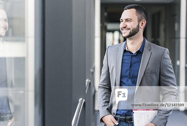 Porträt eines lächelnden Geschäftsmannes im Bürogeschoss