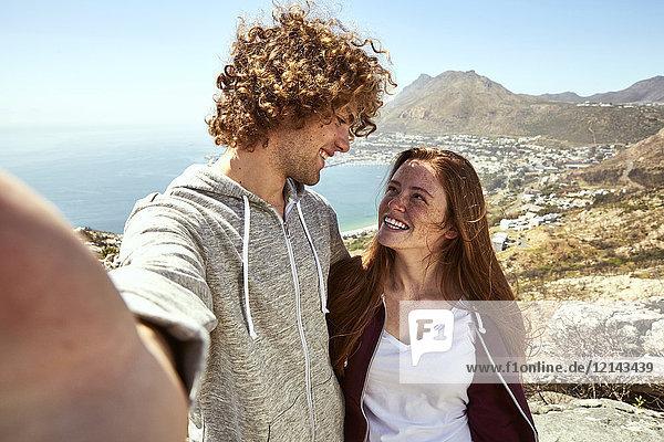 Südafrika  Kapstadt  glückliches junges Paar in Küstenlandschaft