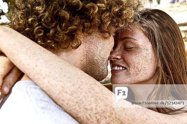 Glückliches junges Paar  das sich umarmt.
