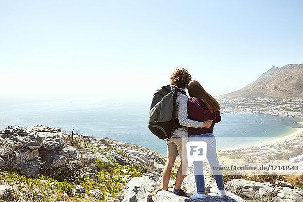 Südafrika  Kapstadt  junges Paar auf einer Reise an der Küste mit Blick auf die Küste