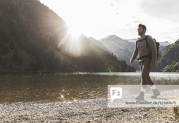 Österreich  Tirol  junger Mann beim Wandern am Bergsee