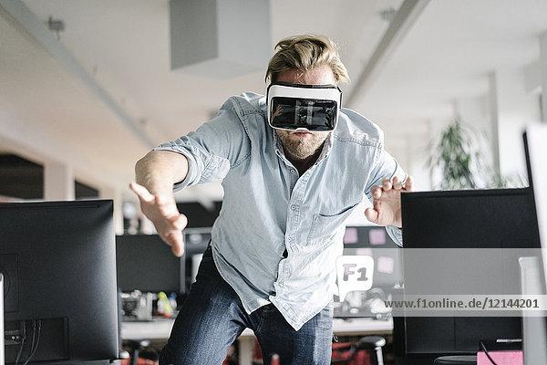 Geschäftsmann mit VR-Brille im Büro