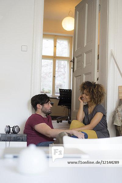 Junges Paar zu Hause zum Entspannen und Reden
